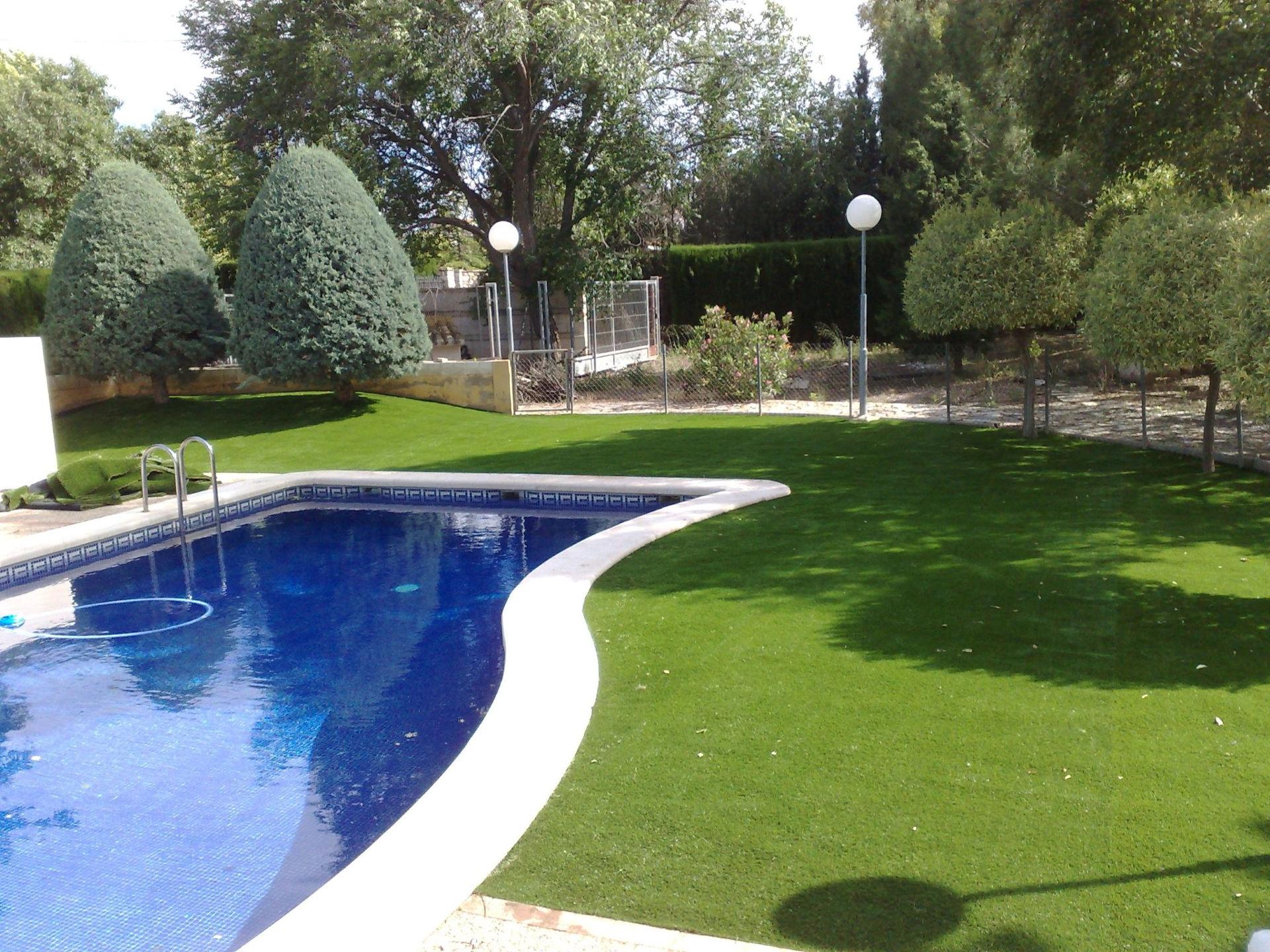 Pose de pelouse synthétique pour jardin
