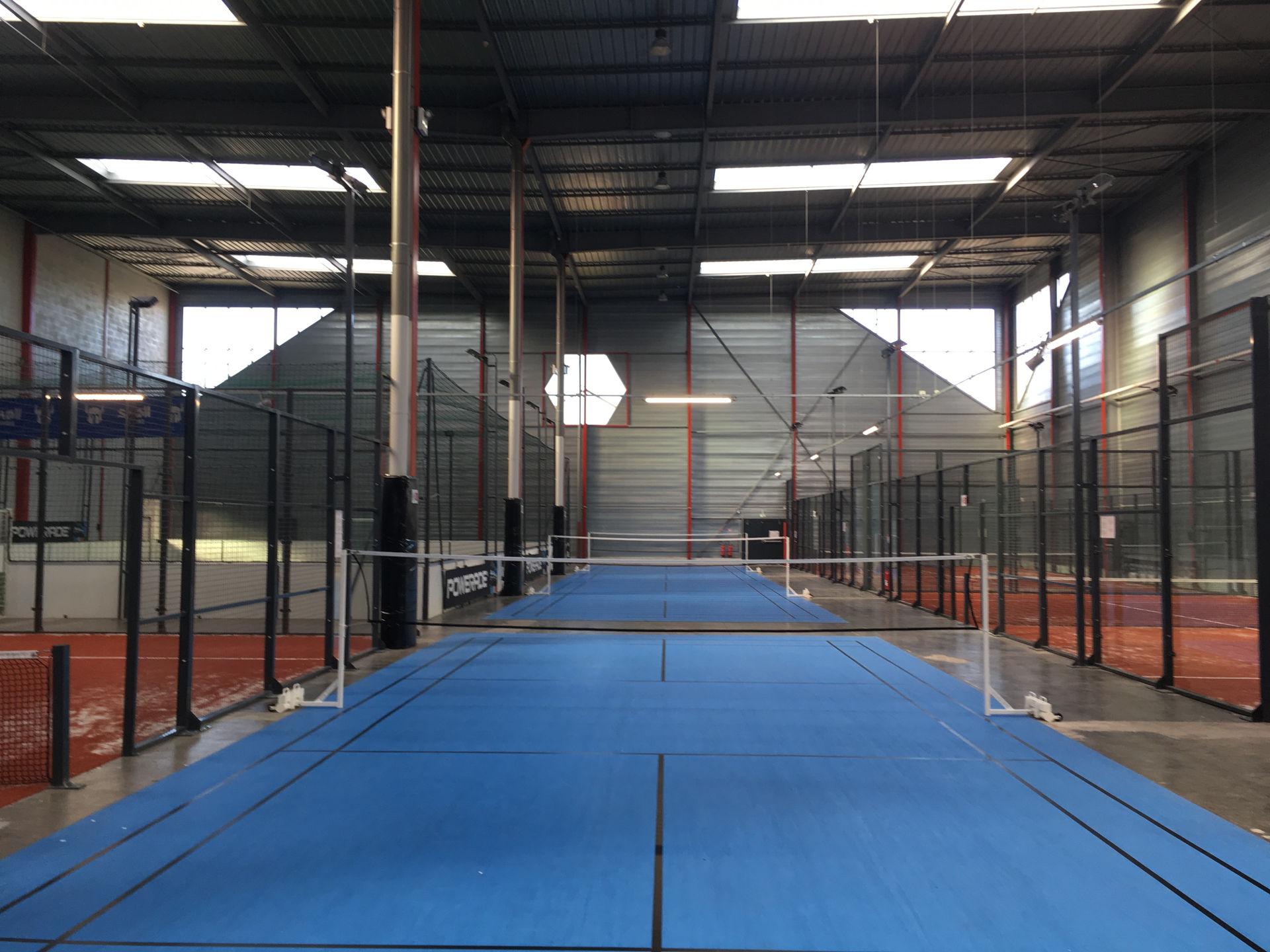 Pose de terrain de badminton à Bandoufle